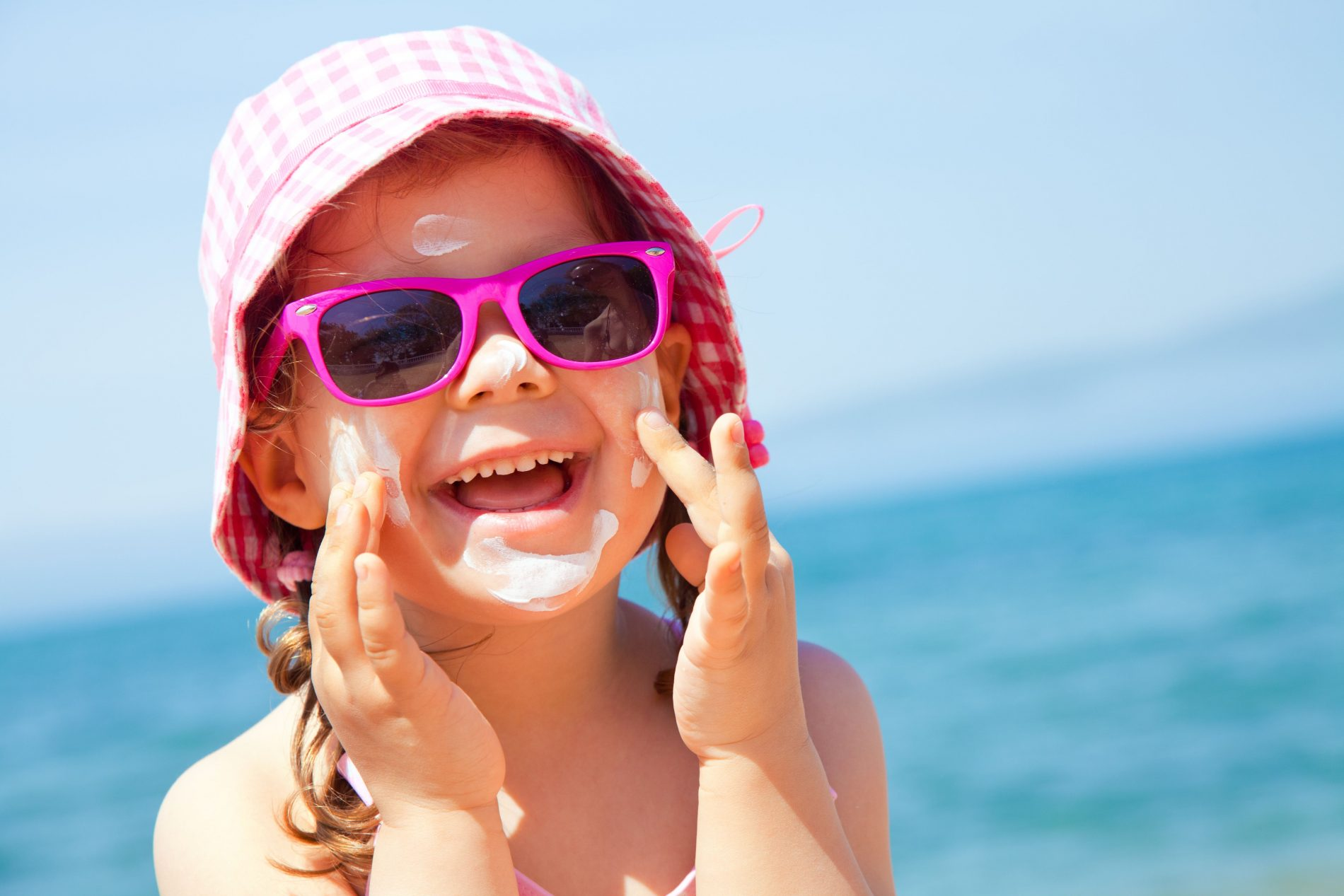 HOW TO KEEP YOUR CHILDREN SAFE IN THE SUN
